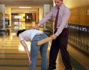 Een studente op een Amerikaanse High School die met de paddle op haar billen krijgt