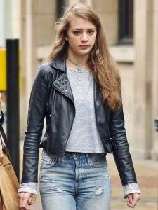 Een jonge vrouw die over straat loopt.