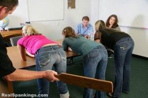 Op sommige Amerikaanse High Schools krijg je tot in de examenklas met de paddle op je billen.