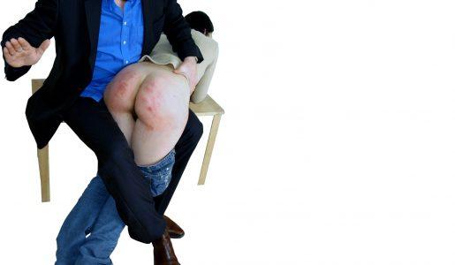 Een meisje dat over de knie ligt en op haar blote billen krijgt.