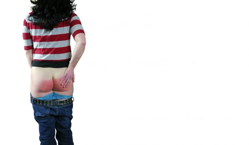 Een jonge vrouw heeft zojuist op haar blote billen gekregen.