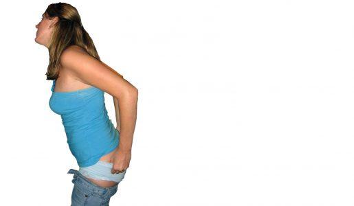 Een jonge vrouw trekt haar onderbroek weer aan nadat ze straf heeft gekregen