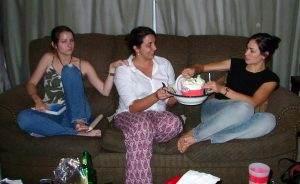 Drie meiden zitten op een bank en eten veel ijs.